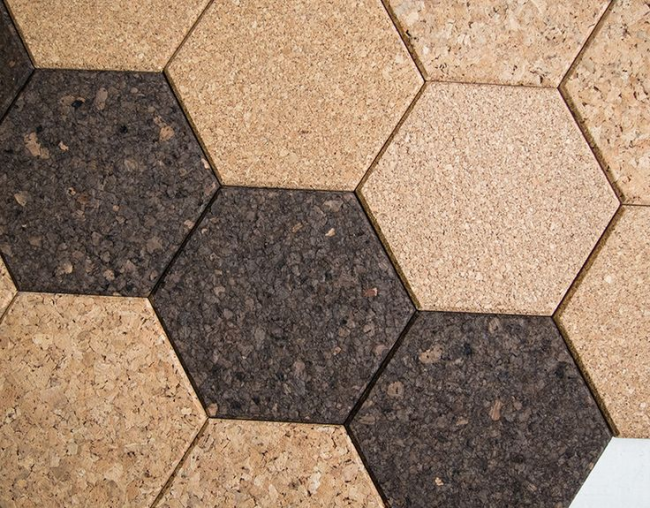В отделке современных домов все большее распространение получают декоративные настенные пробковые покрытия