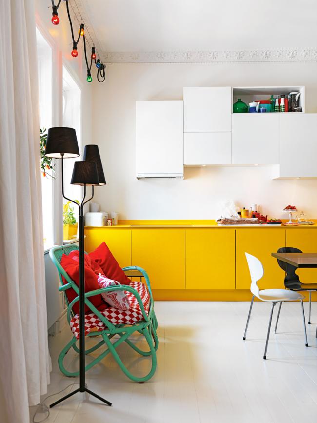 Простая белая краска прекрасно контрастирует с желтой кухонной мебелью