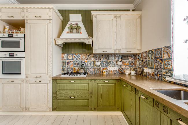 Комбинирование различным материалов в отделке стен кухни