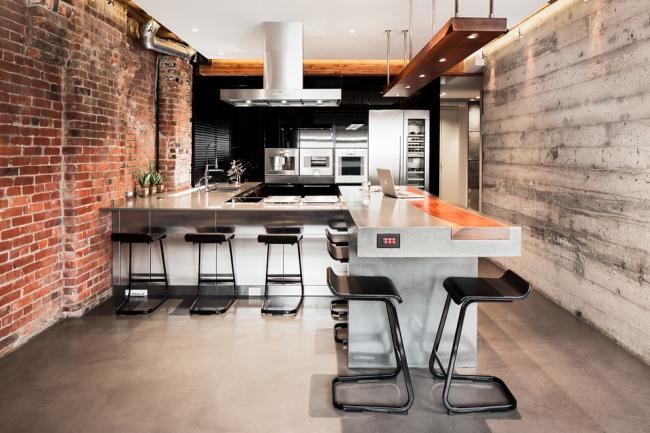 Интересное сочетание кирпичной кладки и дерева в интерьере кухни в стиле лофт