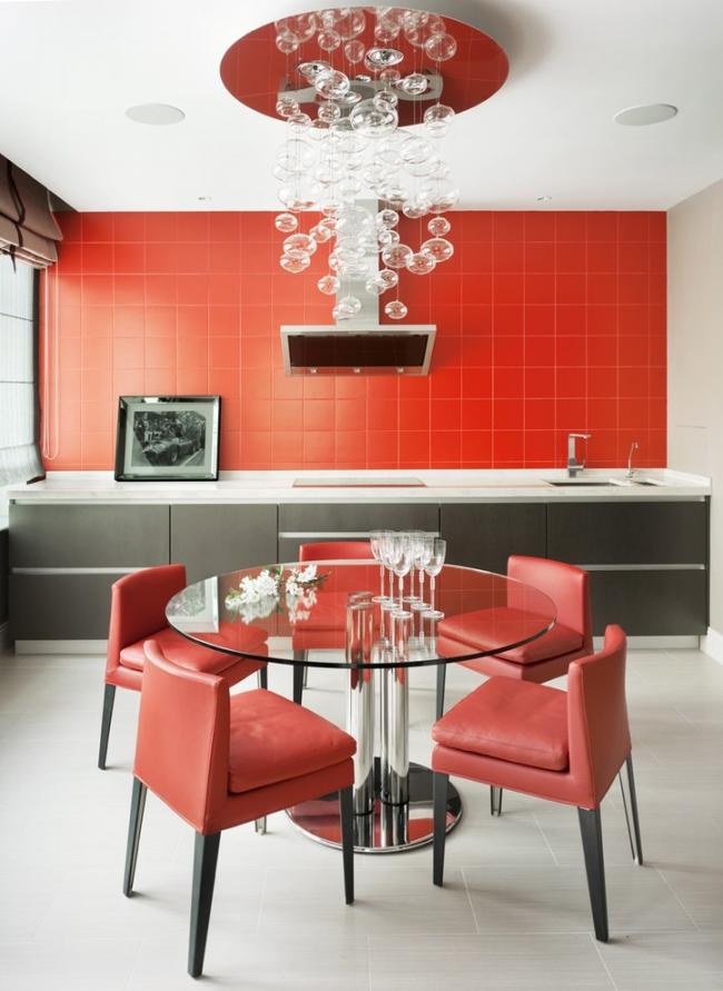 Матовая красная керамическая плитка в дизайне кухни смотрится великолепно