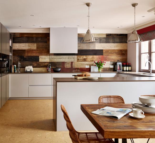 Брашированная доска в отделке стены кухни, оформленной в стиле модерн