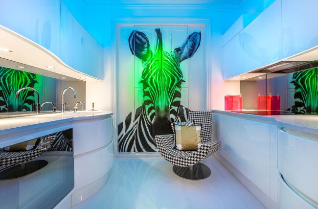 Неоновая подсветка и флуоресцентная краска в оформлении кухни в стиле хай-тек