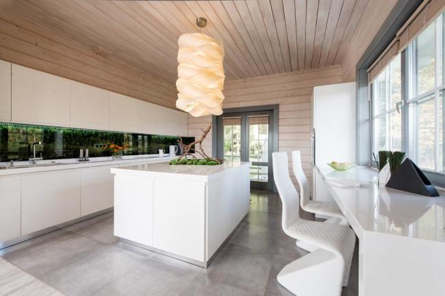 Деревянная отделка в интерьере белой кухни