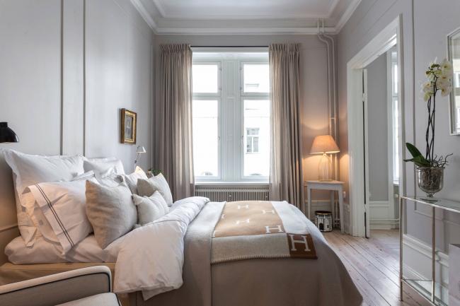 Благодаря перепланировке можно организовать большую спальную комнату