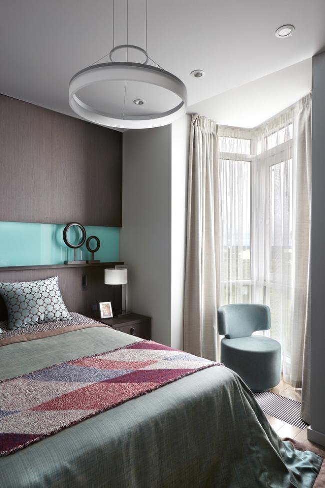 Спальня в пастельных тонах, объединенная с балконом