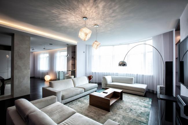 Стильные люстры и неоновая подсветка поможет подчеркнуть современный стиль вашего интерьера