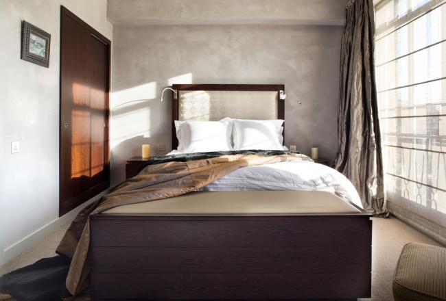 Спальня в современном стиле, оформленная в пастельных тонах
