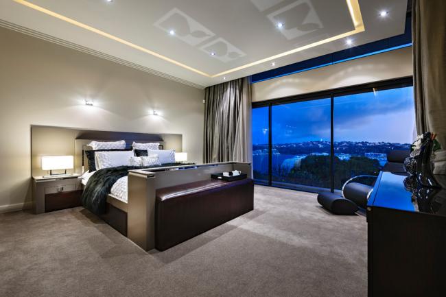 Спальня с панорамным остеклением в современном стиле