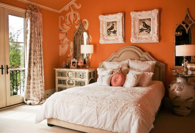 Спальня частного дома в терракотовом цвете