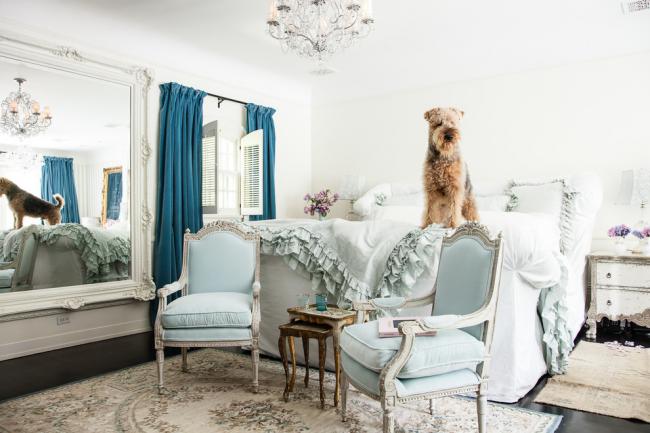 Бархатные портьеры синего цвета прекрасно подойдут для интерьера спальной комнаты