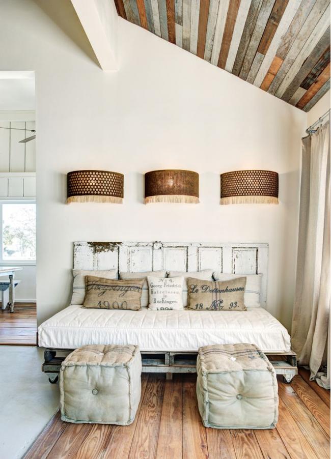 Портьеры из мешковины в интерьере спальни в стиле лофт