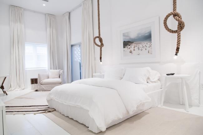 Комната, оформленная в белом цвете, смотрится очень просторной