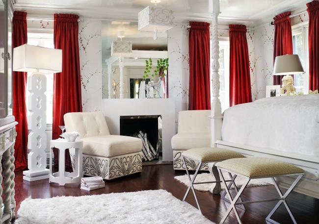 Красные шторы в интерьере спальни - очень смелое решение