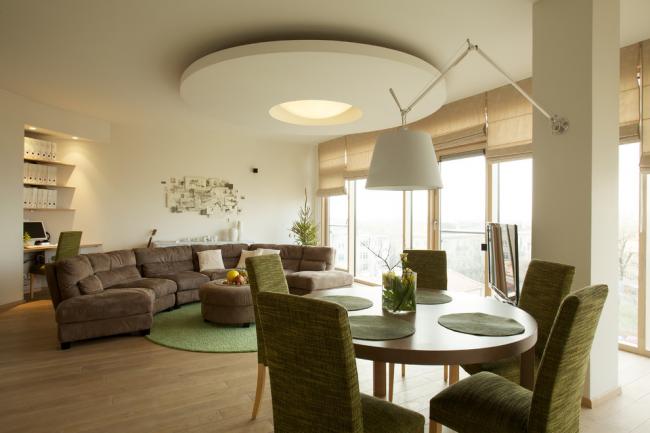 Красивая гостиная в теплых тонах с рабочей зоной