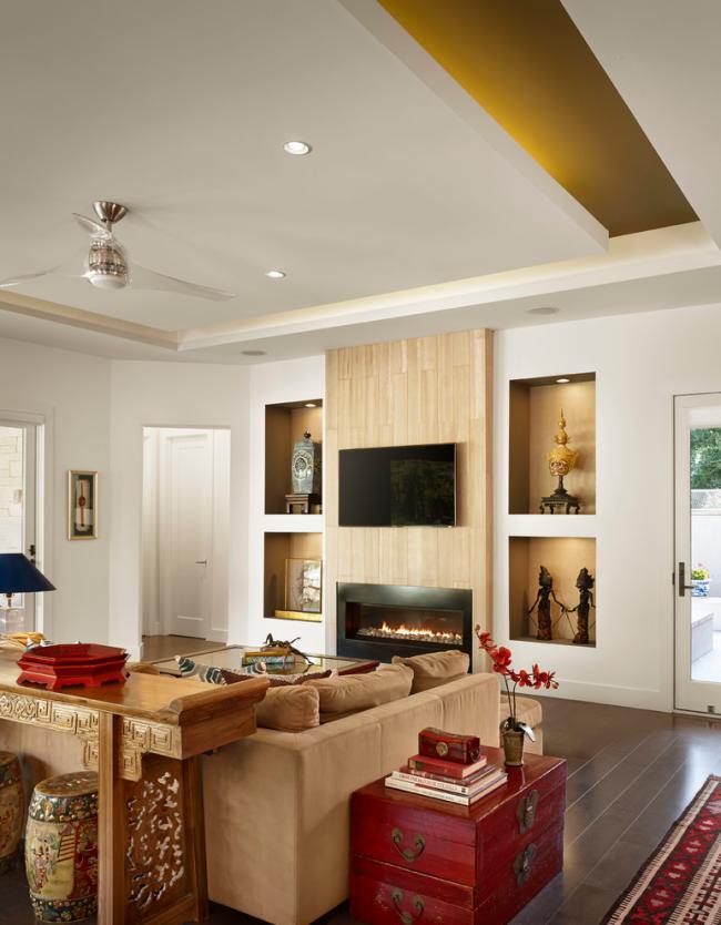Уютная гостиная с этническими элементами декора в дизайне интерьера