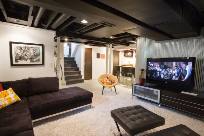 Небольшая гостиная, оформленная в стиле лофт