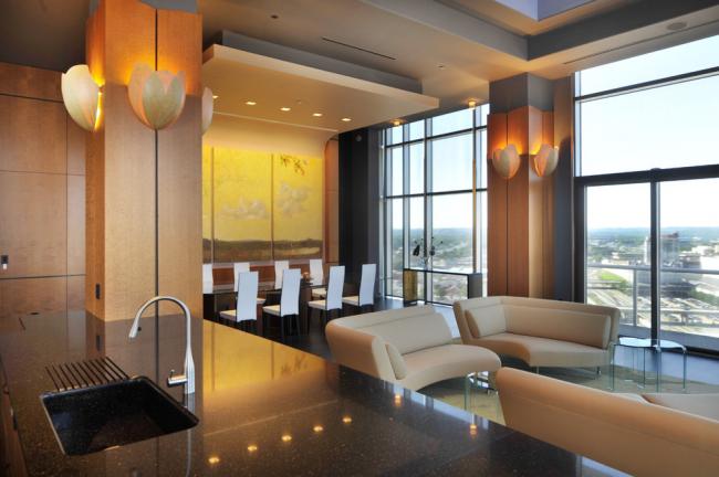 Великолепный дизайн стильной квартиры-студии с многоуровневым потолком из гипсокартона