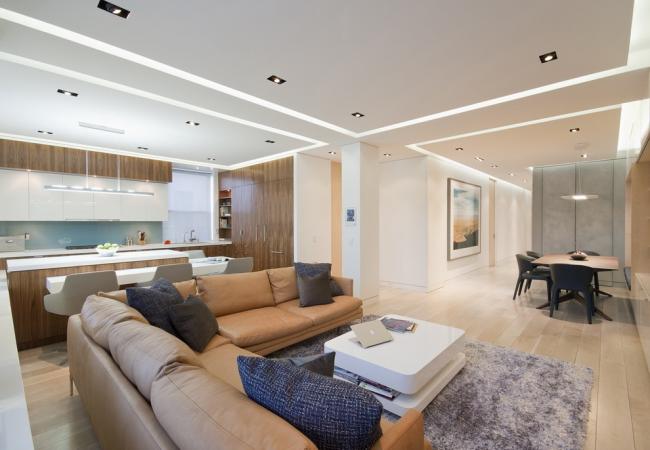 С помощью гипсокартонных конструкций на потолке можно зонировать пространство квартиры-студии
