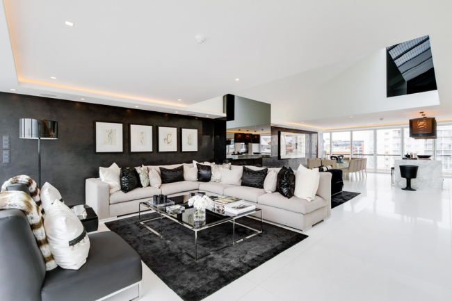Черно-белый интерьер просторной квартиры-студии