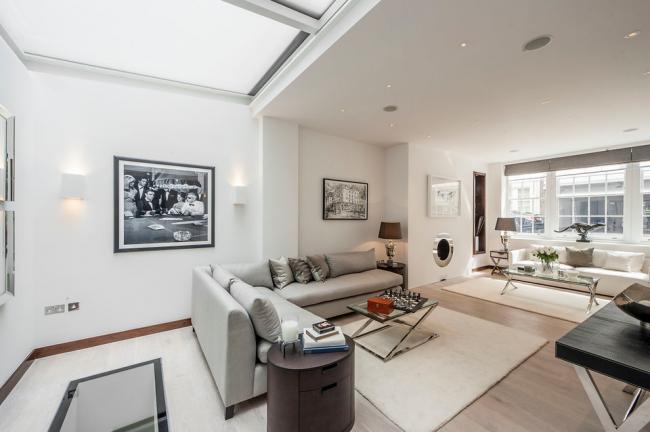 Белоснежный интерьер квартиры-студии с аккуратными вкраплениями черного цвета