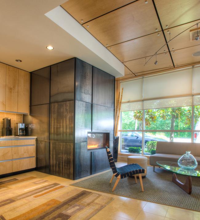 Красивое сочетание гипсокартонной конструкции и деревянных панелей в дизайне потолка гостиной