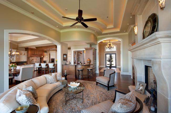 Трехуровневый гипсокартонный потолок с подсветкой кремового цвета