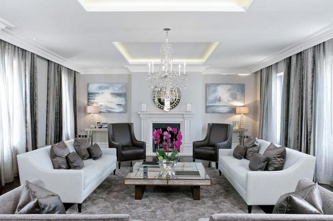 Роскошная хрустальная люстра отлично впишется в интерьер гостиной в стиле современная классика
