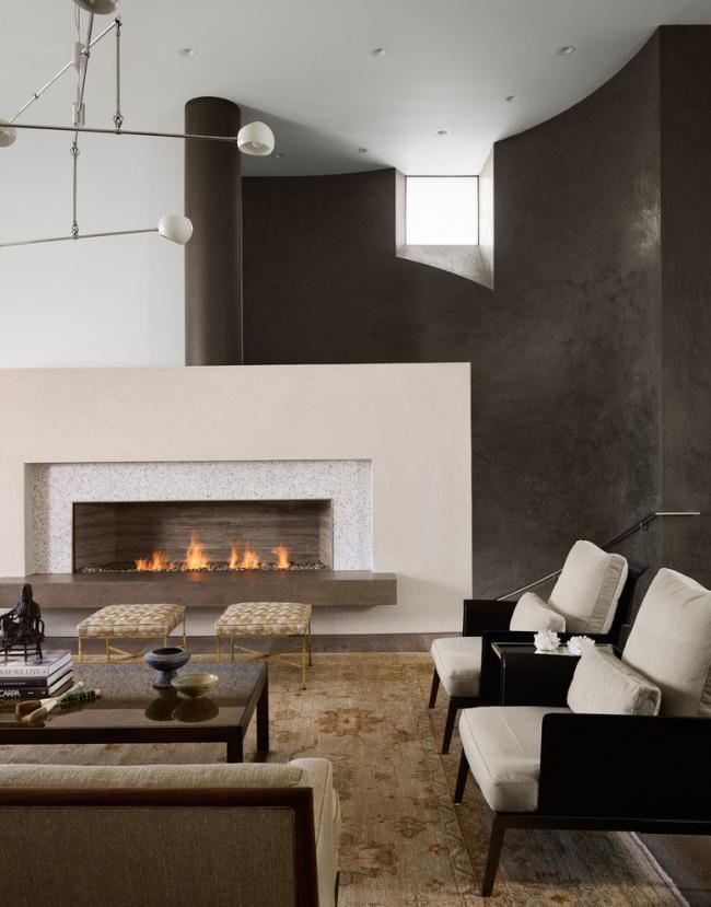Одноуровневый потолок в дизайне гостиной в современном стиле