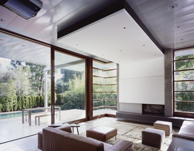 Сочетание навесного потолка из гипсокартона и мдф-панелей в дизайне гостиной загородного дома