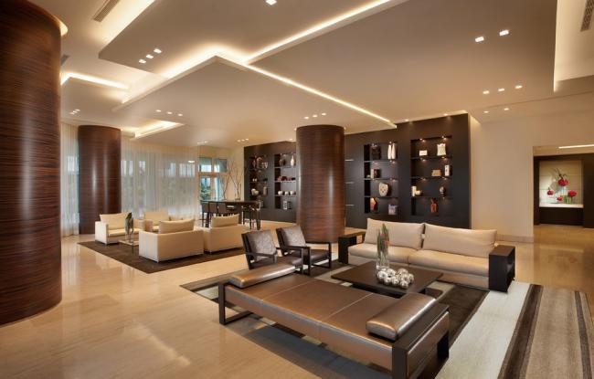 Оформление потолочного освещения с помощью точечных светильников и неоновой подсветки