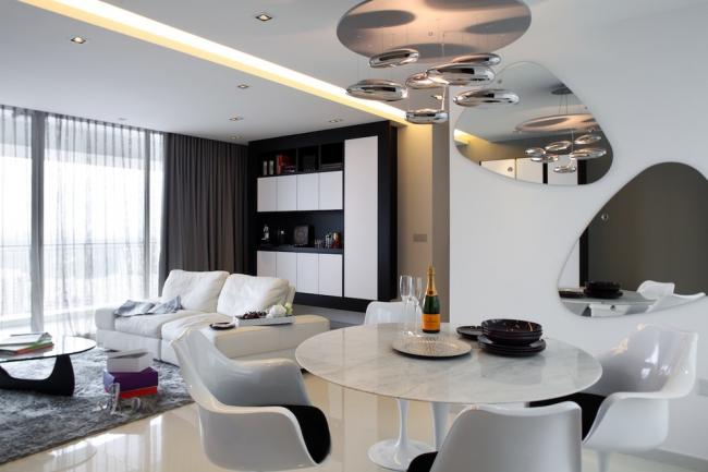 Зеркальные поверхности и неоновая подсветка потолка в интерьер гостиной, оформленной в стиле хай-тек