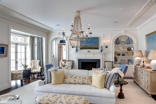 Светлая гостиная с невысоким буфетом и высоким сервантом - лучший вариант для домов, в которых часто принимают гостей