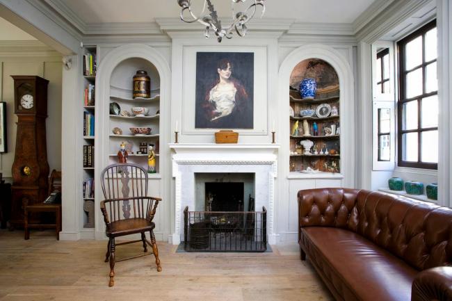 Белый сервант витринного типа демонстрирует роскошную коллекцию антиквариата