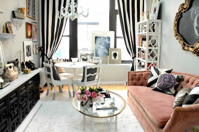 Небольшая гостиная с невысоким буфетом, украшенным квадратными узорами