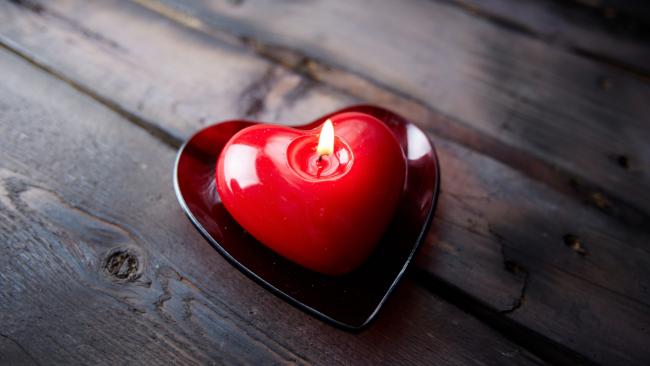 Свечу в форме сердца можно создать в домашних условиях