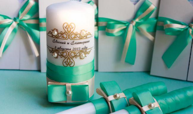 Самый популярный способ декорирования свадебных свечей - атласные ленты и бусины