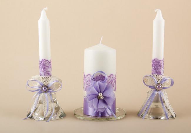 Декорирование свадебных свечей при помощи кружева, цветов, бусин и лент
