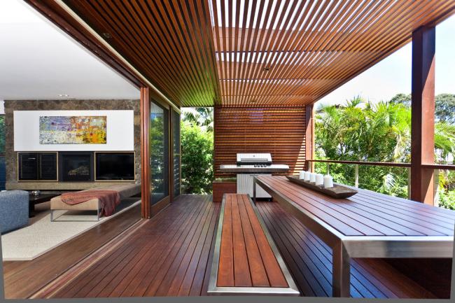 Деревянная терраса с навесом: пергола послужит отличным навесом для летней веранды