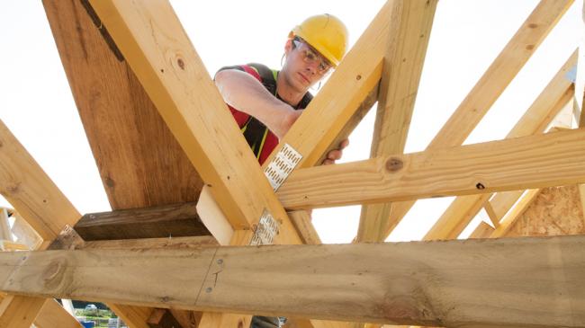 Веранду на даче можно построить своими руками или же пригласить для этого специалистов
