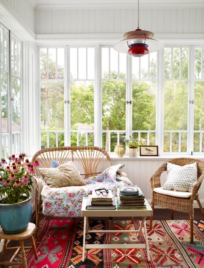 Плетенная мебель и ковры придадут уюта вашему интерьеру
