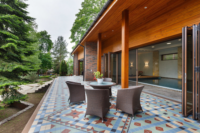 Мозаика в оформлении напольного покрытия террасы частного дома