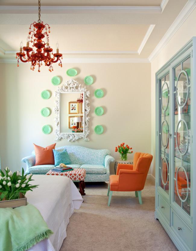 Красивое сочетание терракотового и бирюзового цветов в интерьере гостиной, объединенной со спальней