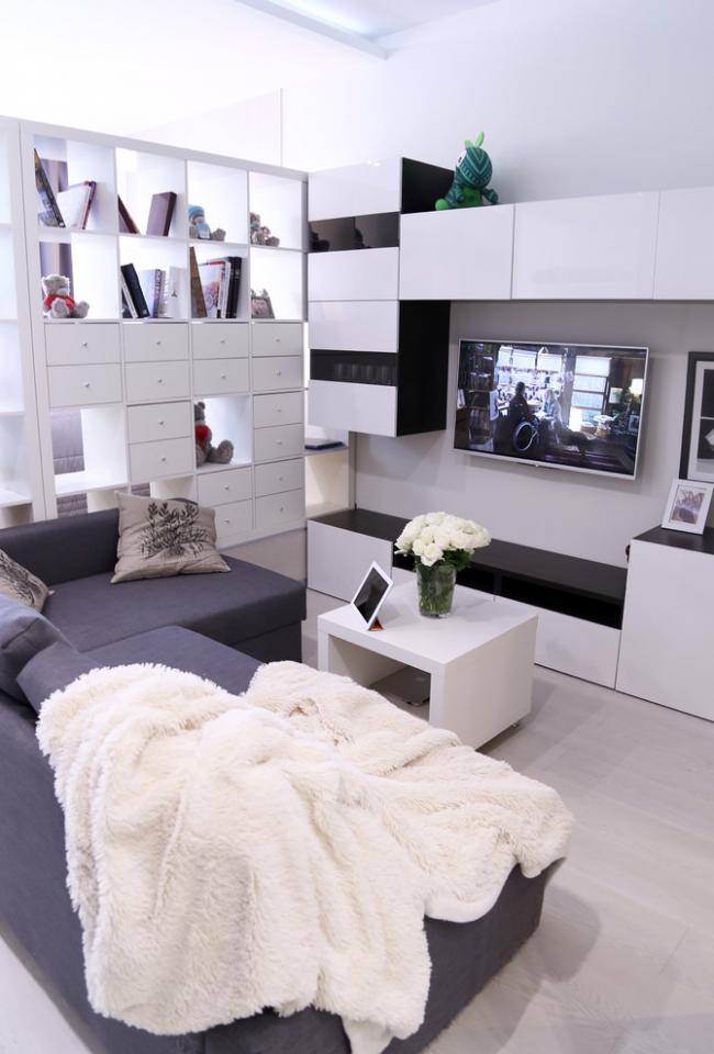 Хорошим разделителем в однокомнатной квартире может быть небольшой стеллаж