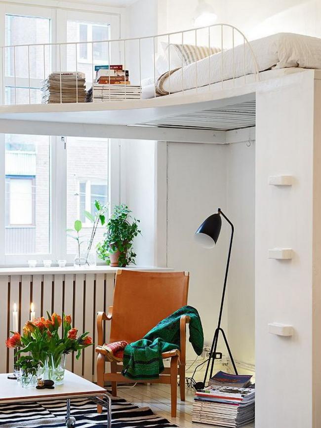 Расположение спального места на втором этаже экономит пространство