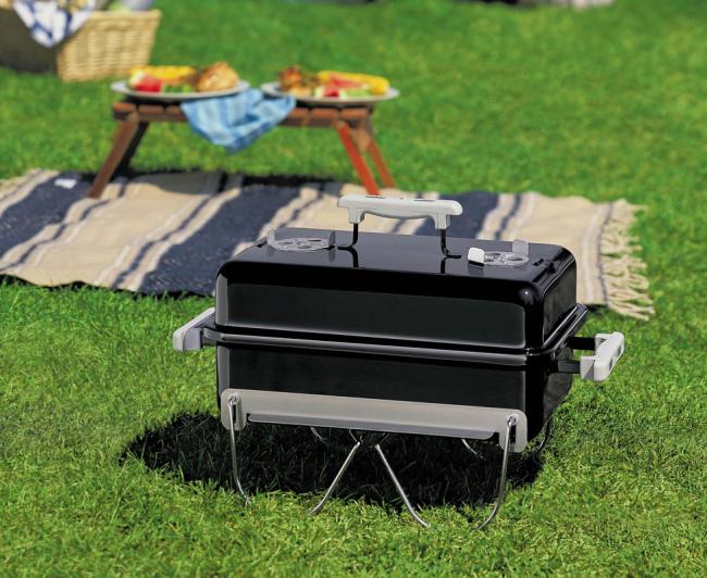 Маленький переносной угольный барбекю подойдет как для дачи, так и для простого пикника на природе