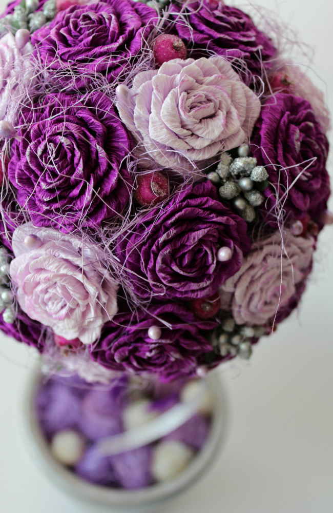 Красивый топиарий из бумажных роз