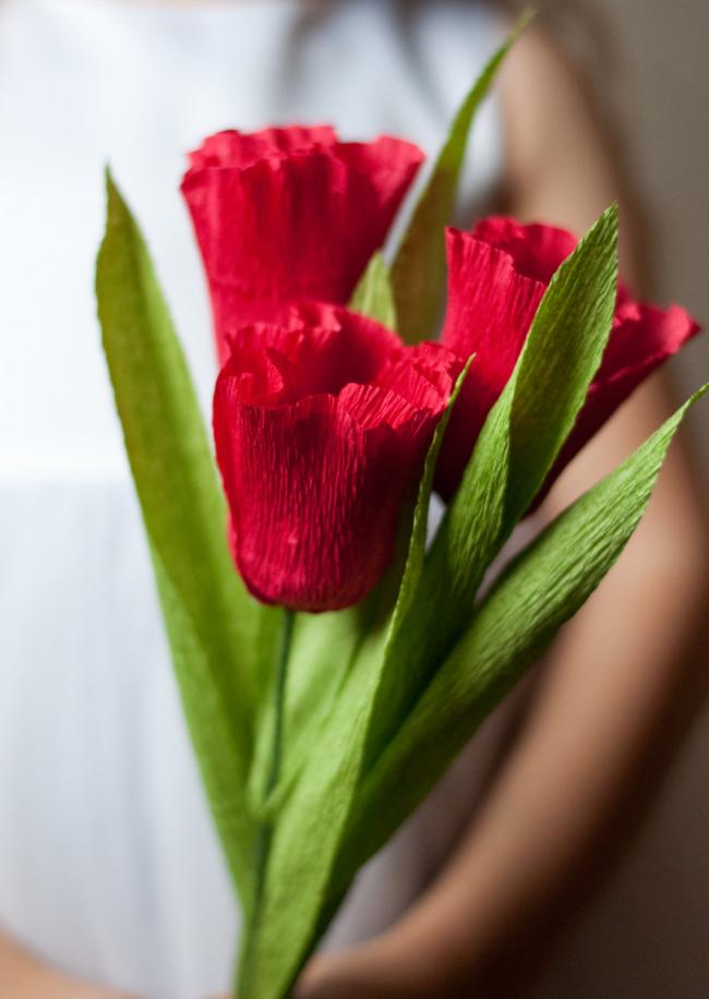 Симпатичные тюльпаны из гофрированной бумаги