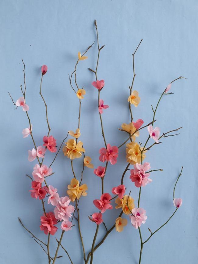 Мелкие бумажные цветочки на веточке