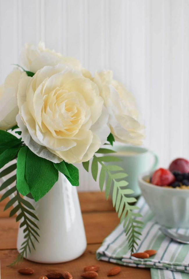 Яркий букет из гофрированной бумаги - прекрасное украшение интерьера